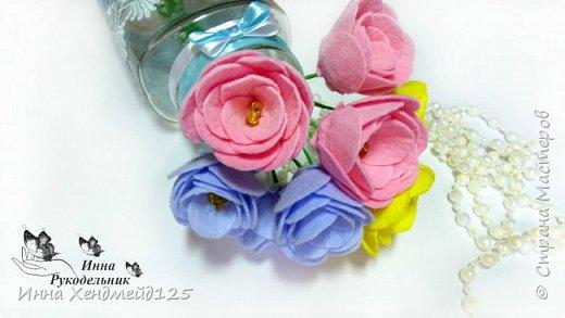 Сделала вазочку и захотела ещё сделать цветы для неё. Материалы: фетр (или вискозные салфетки), нитки, клей, проволока, бисер, гофрированная бумага. фото 1