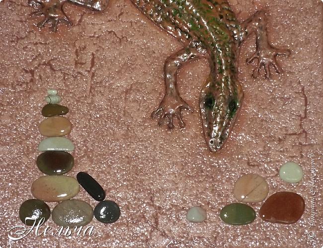 """Панно """"Ящерица"""". Размер 40 х 25 см. Сначала ящерица была зелёная с салатовой спинкой, с чёрными и жёлтыми пятнами. Мне не понравилось - уж очень на крокодила походила ящерица, да большой контраст с фоном. Прошлась по ящерке коричневым колером и бронзой. Камешки морские, плоские. Всё покрыто лаком. фото 3"""