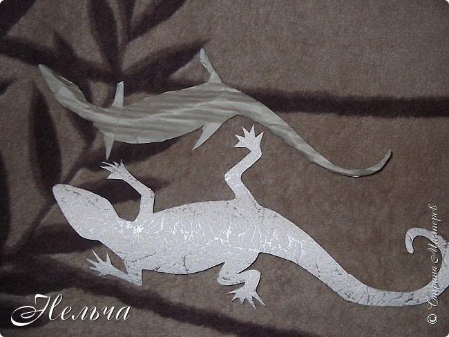 """Панно """"Ящерица"""". Размер 40 х 25 см. Сначала ящерица была зелёная с салатовой спинкой, с чёрными и жёлтыми пятнами. Мне не понравилось - уж очень на крокодила походила ящерица, да большой контраст с фоном. Прошлась по ящерке коричневым колером и бронзой. Камешки морские, плоские. Всё покрыто лаком. фото 4"""