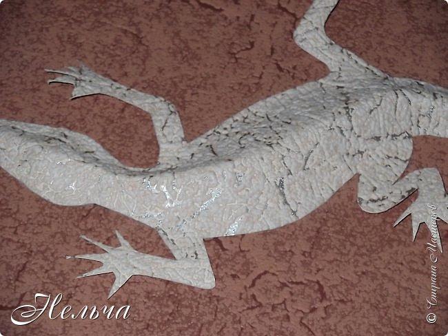 """Панно """"Ящерица"""". Размер 40 х 25 см. Сначала ящерица была зелёная с салатовой спинкой, с чёрными и жёлтыми пятнами. Мне не понравилось - уж очень на крокодила походила ящерица, да большой контраст с фоном. Прошлась по ящерке коричневым колером и бронзой. Камешки морские, плоские. Всё покрыто лаком. фото 5"""