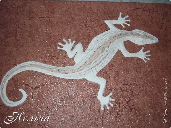 """Панно """"Ящерица"""". Размер 40 х 25 см. Сначала ящерица была зелёная с салатовой спинкой, с чёрными и жёлтыми пятнами. Мне не понравилось - уж очень на крокодила походила ящерица, да большой контраст с фоном. Прошлась по ящерке коричневым колером и бронзой. Камешки морские, плоские. Всё покрыто лаком. фото 6"""