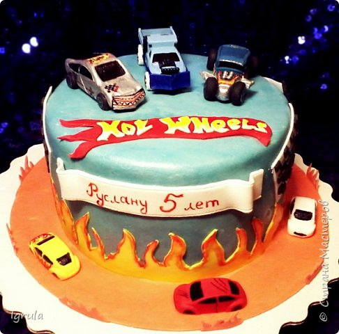Всем добра и хорошего настроения. Сегодня делюсь с Вами фото тортов, которые были сделаны мной для мужчин. Надеюсь этот пост окажется для Вас полезным и интересным. Итак первым хочу показать тортик, приготовленный для мужа и его коллег на день рождения любимого. Когда я спросила его о том, какой тортик он хотел бы. Муж отшутился. Сказал, что лучший торт- это кастрюля с пельменями. Ну я и сделала торт в виде кастрюльки любимых им пельмешек  фото 6