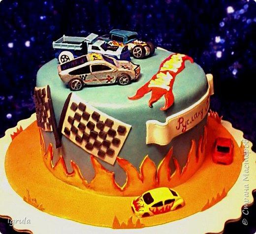 Всем добра и хорошего настроения. Сегодня делюсь с Вами фото тортов, которые были сделаны мной для мужчин. Надеюсь этот пост окажется для Вас полезным и интересным. Итак первым хочу показать тортик, приготовленный для мужа и его коллег на день рождения любимого. Когда я спросила его о том, какой тортик он хотел бы. Муж отшутился. Сказал, что лучший торт- это кастрюля с пельменями. Ну я и сделала торт в виде кастрюльки любимых им пельмешек  фото 5