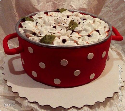 Всем добра и хорошего настроения. Сегодня делюсь с Вами фото тортов, которые были сделаны мной для мужчин. Надеюсь этот пост окажется для Вас полезным и интересным. Итак первым хочу показать тортик, приготовленный для мужа и его коллег на день рождения любимого. Когда я спросила его о том, какой тортик он хотел бы. Муж отшутился. Сказал, что лучший торт- это кастрюля с пельменями. Ну я и сделала торт в виде кастрюльки любимых им пельмешек  фото 1