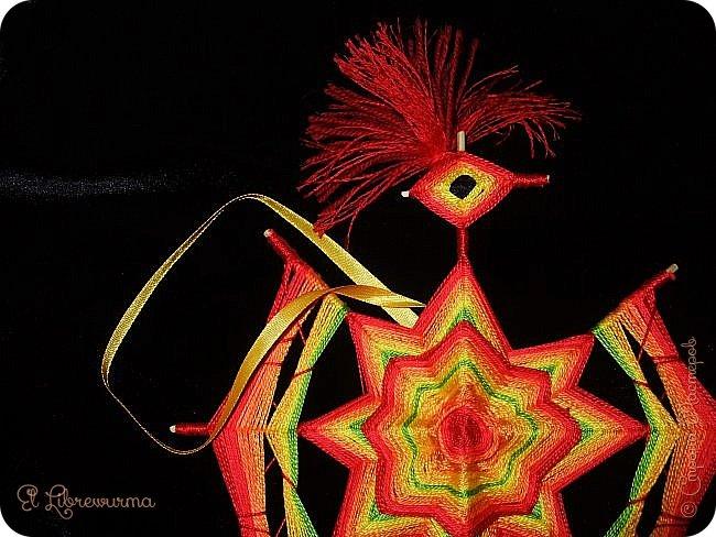 Нет, это не я поздно спохватилась, птичка уж два месяца, как вылупилась)) А клюнули меня в сторону мандал петухи и павлины Елены Агалаковой:  http://stranamasterov.ru/node/1068585 , например. По картинке и плела) фото 4