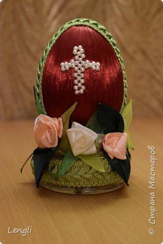 Пенопластовое яйцо, обмотанное лентой и тесьмой.  Основание - стеклянная баночка из-под крема. Крестик сплела из бусинок.  Яйцо высотой 9 см. Общая высота поделки 12см.  фото 2