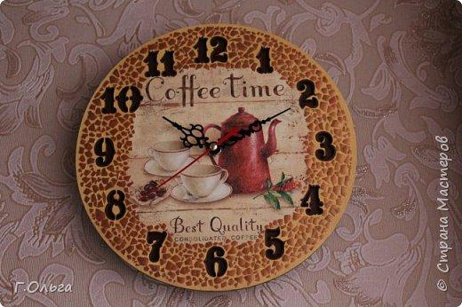 """Здравствуйте, дорогие гости и жители страны мастеров! Хочу показать вам вот такие кухонные часы """"Coffe Time"""". Для создания таких часов мне понадобилось: 1.Деревянная заготовка; 2.Часовой механизм со стрелками; 3.Салфетка и клей для декупажа; 4.Краски: слоновая кость, неаполитанская желтая, умбра, бронза. 5.В качестве мозаики - яичная скорлупа 6. И конечно хорошее настроение и стремление творить.....   фото 4"""