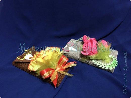 Доброго времени суток, уважаемые жители Страны Мастеров! Даже самый простой презент - шоколадка- может стать оригинальным и запоминающимся подарком! Джентльмены - оформление шоколада. В цветочках спрятаны конфетки. фото 2