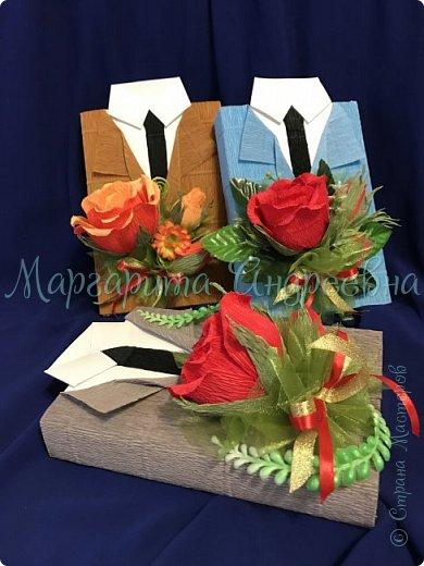Доброго времени суток, уважаемые жители Страны Мастеров! Даже самый простой презент - шоколадка- может стать оригинальным и запоминающимся подарком! Джентльмены - оформление шоколада. В цветочках спрятаны конфетки. фото 6