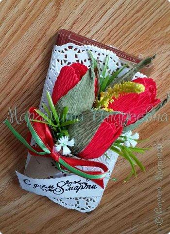 Доброго времени суток, уважаемые жители Страны Мастеров! Даже самый простой презент - шоколадка- может стать оригинальным и запоминающимся подарком! Джентльмены - оформление шоколада. В цветочках спрятаны конфетки. фото 10