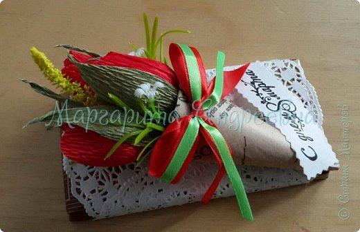 Доброго времени суток, уважаемые жители Страны Мастеров! Даже самый простой презент - шоколадка- может стать оригинальным и запоминающимся подарком! Джентльмены - оформление шоколада. В цветочках спрятаны конфетки. фото 11
