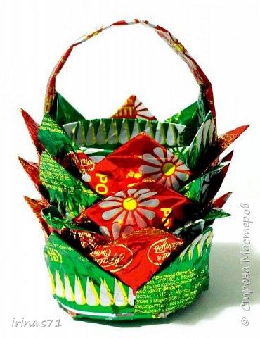 Вот пришла идея в преддверии пасхи сделать с ребятами корзиночки, в которые можно будет положить крашеные яички. А так же можно и по другим поводам использовать, например, положить конфет и подарить на день рождения, на 8 марта и др. фото 15