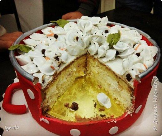 Всем добра и хорошего настроения. Сегодня делюсь с Вами фото тортов, которые были сделаны мной для мужчин. Надеюсь этот пост окажется для Вас полезным и интересным. Итак первым хочу показать тортик, приготовленный для мужа и его коллег на день рождения любимого. Когда я спросила его о том, какой тортик он хотел бы. Муж отшутился. Сказал, что лучший торт- это кастрюля с пельменями. Ну я и сделала торт в виде кастрюльки любимых им пельмешек  фото 22