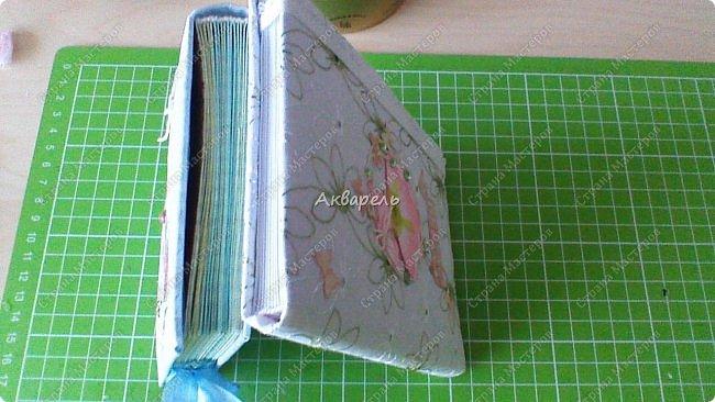 Делала блокнотики, показываю которые не забыла сфотографировать, иногда спохватываешься, надо бы сфоткать, а работы уже нет. Эти не маленькие. Примерно как тетрадный лист пополам. Белый чуть больше. А в голубом больше блоков(листов). фото 9