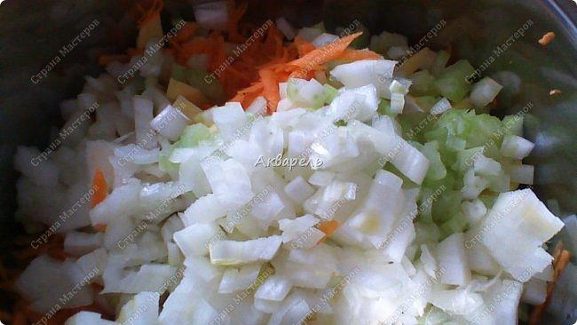 Многие из хозяек любят готовить в горшочках. И я не исключение. Мне напоминает, как в печке. Правда, едала такие, приготовленные в печке блюда, только в гостях, вкус незабываемый. И еще привлекает простота приготовления. Не разу, не получилось не вкусно! Как раз для молодых хозяек! Овощи беру любые. Только капусту обыкновенную не очень люблю, но готовлю и ее. С цветной оочень вкусно получается. Крупы использую часто, грибы. А иногда и все смешиваю. Сегодня готовила три горшочка - морковь, лук, сельдерей, картофель совсем чуток и один горшочек - картофель, лук ,сельдерей, морковь чуть, чуть. Такой расклад, потому как, кто то у нас, не ест морковь. фото 4