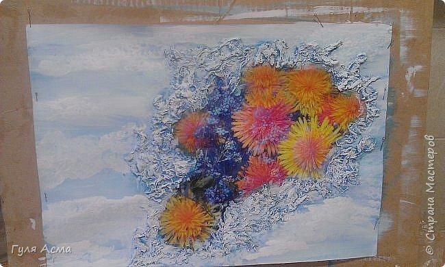 На обычный лист А3 наклеили картинку из календаря (цветы). По краю картинки, массой папье-маше, изобразили снег. К сожалению не сняла сам процесс. Потом все покрасила голубым акрилом, а сверху уже белым. В школе оценили и времени на изготовление требуется мало. Конечно нужно дать хорошо просохнуть массе, и обязательно фиксируйте лист, чтобы не покоробило.   фото 2