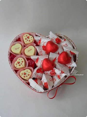 """Здравствуйте! Признаться любимой в нежных чувствах можно оригинальным способом, подарив сладкий шокобокс с сердечной символикой.  В этом шокобоксе конфеты """"Raffaello"""", """"Ленинградские"""", коллекционный подарочный шоколад с признаниями в любви. фото 1"""