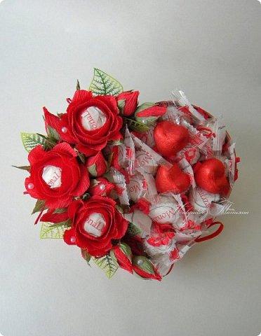 """Здравствуйте! Признаться любимой в нежных чувствах можно оригинальным способом, подарив сладкий шокобокс с сердечной символикой.  В этом шокобоксе конфеты """"Raffaello"""", """"Ленинградские"""", коллекционный подарочный шоколад с признаниями в любви. фото 7"""
