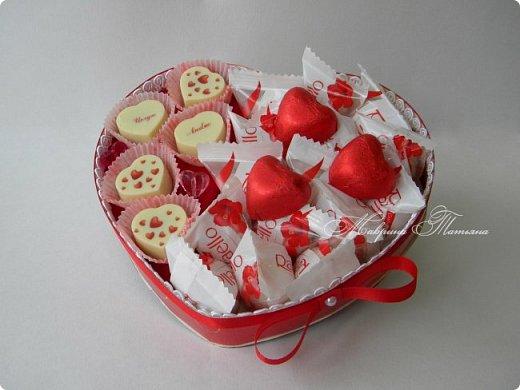 """Здравствуйте! Признаться любимой в нежных чувствах можно оригинальным способом, подарив сладкий шокобокс с сердечной символикой.  В этом шокобоксе конфеты """"Raffaello"""", """"Ленинградские"""", коллекционный подарочный шоколад с признаниями в любви. фото 2"""