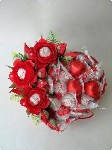 """Здравствуйте! Признаться любимой в нежных чувствах можно оригинальным способом, подарив сладкий шокобокс с сердечной символикой.  В этом шокобоксе конфеты """"Raffaello"""", """"Ленинградские"""", коллекционный подарочный шоколад с признаниями в любви. фото 8"""