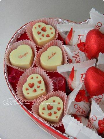 """Здравствуйте! Признаться любимой в нежных чувствах можно оригинальным способом, подарив сладкий шокобокс с сердечной символикой.  В этом шокобоксе конфеты """"Raffaello"""", """"Ленинградские"""", коллекционный подарочный шоколад с признаниями в любви. фото 3"""