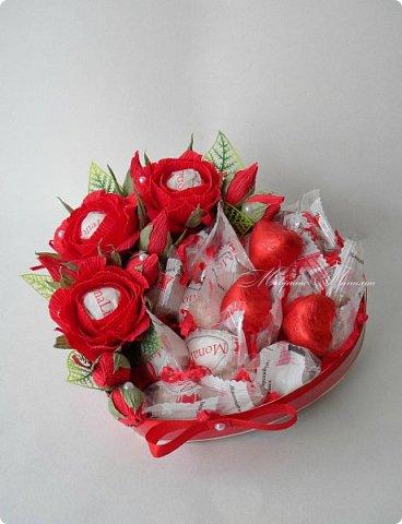 """Здравствуйте! Признаться любимой в нежных чувствах можно оригинальным способом, подарив сладкий шокобокс с сердечной символикой.  В этом шокобоксе конфеты """"Raffaello"""", """"Ленинградские"""", коллекционный подарочный шоколад с признаниями в любви. фото 9"""