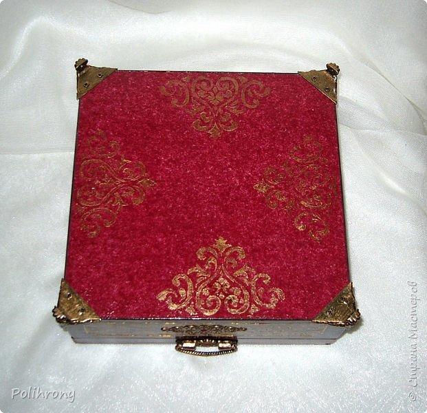 Добрый вечер, Страна!  Перед Новым годом я оформила несколько коробок из плотного картона  http://stranamasterov.ru/node/1079200,  чтобы наглядно сделать выбор лучшего дизайна для уже настоящей шкатулки, которую мне нужно было подарить на день рождения. Более всех мне понравилась красная коробка  -  считаю, что в ней наиболее гармонично сочетается и смысловая картинка и дополнительные фоновые рисунки.  фото 8
