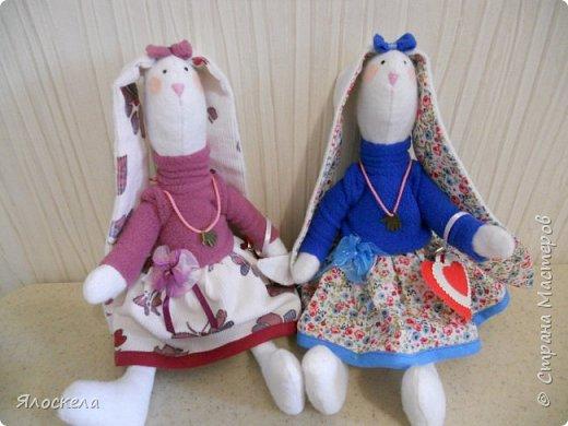 """Доброго всем вечера! Весной меня как-то тянет на """"зайцев"""". Вот и в этот раз решила показать свои творения.Эта парочка подарочных зайцев сшита из флиса. Одежда-флис, хлопок.  Обувь-фетр. фото 3"""