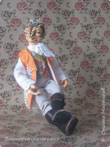 Всем привет! Совсем засели у меня в голове драконы, никак не выходят. Ну и ладно! Мне то легче, не надо придумывать новый образ для куклы, он уже запечатлелся в памяти и только надо взять необходимые материалы и впустить в наш мир очередную куклу.Прошу знакомится-Дракон Юдант. фото 5