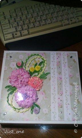 Коробочка большая, для коробки конфет где-то 20 на 20. Цветы сделала давно по МК с сайта, наконец использовала. Упакована в прозрачный пластик. поэтому бликует. Извините за качество фотографий, делала на телефон.  фото 1