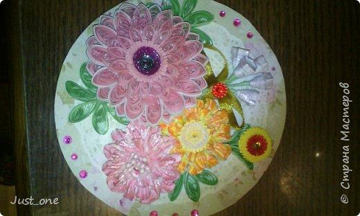 Коробочка большая, для коробки конфет где-то 20 на 20. Цветы сделала давно по МК с сайта, наконец использовала. Упакована в прозрачный пластик. поэтому бликует. Извините за качество фотографий, делала на телефон.  фото 3