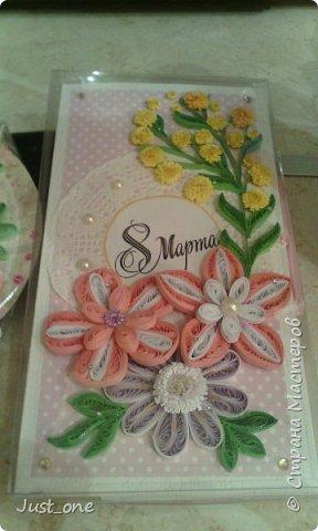 Коробочка большая, для коробки конфет где-то 20 на 20. Цветы сделала давно по МК с сайта, наконец использовала. Упакована в прозрачный пластик. поэтому бликует. Извините за качество фотографий, делала на телефон.  фото 4