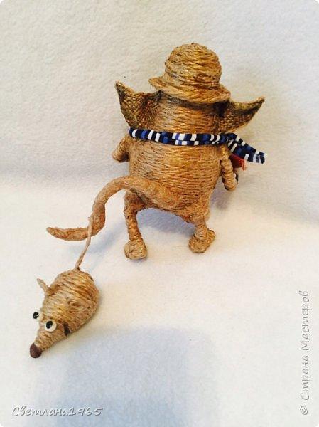 Приветствую !Кот  сделан на лампочке,цоколь лампы послужил шляпой,крыска -пробка от шипучих напитков,обрезала ,придав форму Поросль на мордяхе-бел.мех+шпагат фото 2