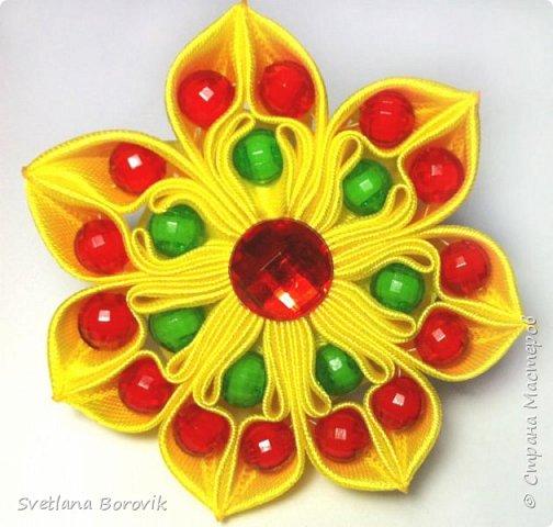 Резиночка Цветок канзаши из атласных лент и бусин своими руками. Elastic flower kanzashi with beads https://www.youtube.com/watch?v=riMCudTw6Tw