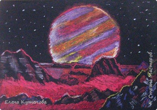 Ко дню космонавтики изучали с детьми космический жанр в изобразительном искусстве.