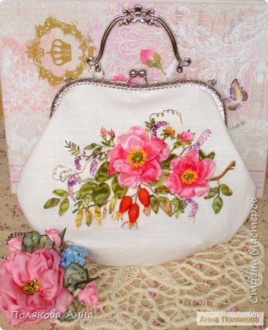 Льняная сумочка молочного цвета украшена вышивкой лентами из искусственного шелка. Подкладка из натурального хлопка.  Есть кармашек для мелочей. Хорошо держит форму, укреплена дублерином. фото 2