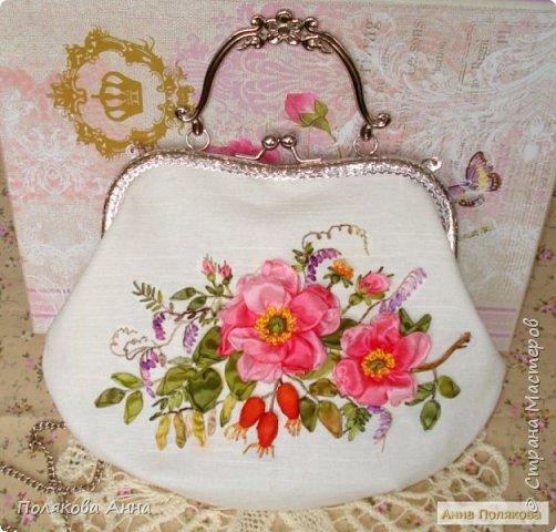 Льняная сумочка молочного цвета украшена вышивкой лентами из искусственного шелка. Подкладка из натурального хлопка.  Есть кармашек для мелочей. Хорошо держит форму, укреплена дублерином. фото 1