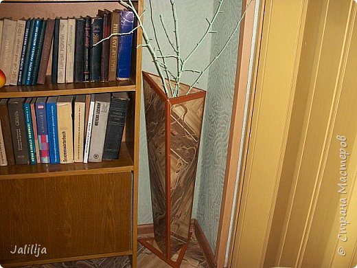 Уважаемые мои гости, ещё одна ваза из остатков ремонта. А именно: из остатков линолеума. Он такой красивый, сам просится, чтобы его превратили во что -нибудь. Я превратила в вазу.  фото 13