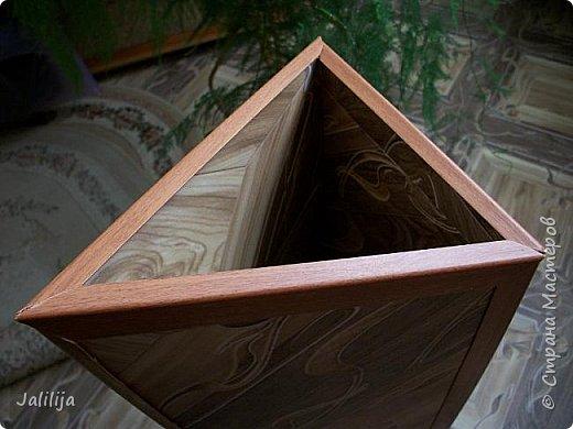 Уважаемые мои гости, ещё одна ваза из остатков ремонта. А именно: из остатков линолеума. Он такой красивый, сам просится, чтобы его превратили во что -нибудь. Я превратила в вазу.  фото 7
