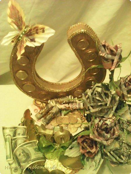 Вот такая золотая подкова у меня получилась. Тетушку пригласили на юбилей, нужен был оригинальный подарок... Мне пришла в голову такая идея. Что-то подобное неоднократно встречала на просторах интернета... Розы из денежных купюр, бутафорских разумеется. фото 3