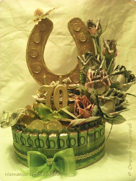 Вот такая золотая подкова у меня получилась. Тетушку пригласили на юбилей, нужен был оригинальный подарок... Мне пришла в голову такая идея. Что-то подобное неоднократно встречала на просторах интернета... Розы из денежных купюр, бутафорских разумеется. фото 2