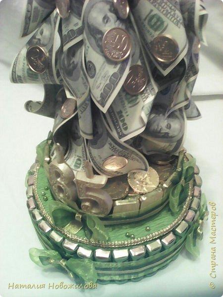 Наконец и у меня появился денежный кран. Давно хотела его сделать насмотревшись на многочисленные варианты и МК в инете и здесь в Стране Мастеров. Подвернулся повод: юбилей директора школы, где работает муж. Кран настоящий водопроводный, раритетный, прошлый век, достался случайно по знакомству... Монеты евро куплены в Ашане, т.е. набор для детских игр, там маленькие купюры евро и монеты, они пластиковые, для красоты покрашены золотой краской как и сам кран. Конструкция с секретом: верхняя часть поднимается за кран, а в основании спрятана жестяная коробка с печеньем. К сожалению, сфотографировать забыла. Юбиляр был в восторге. Я тоже получила огромное удовольствие от процесса изготовления и конечного результата. фото 6