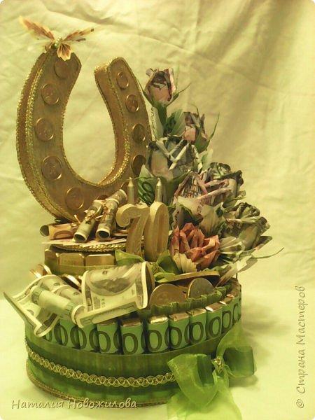 Вот такая золотая подкова у меня получилась. Тетушку пригласили на юбилей, нужен был оригинальный подарок... Мне пришла в голову такая идея. Что-то подобное неоднократно встречала на просторах интернета... Розы из денежных купюр, бутафорских разумеется. фото 5