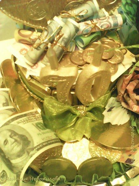 Вот такая золотая подкова у меня получилась. Тетушку пригласили на юбилей, нужен был оригинальный подарок... Мне пришла в голову такая идея. Что-то подобное неоднократно встречала на просторах интернета... Розы из денежных купюр, бутафорских разумеется. фото 7