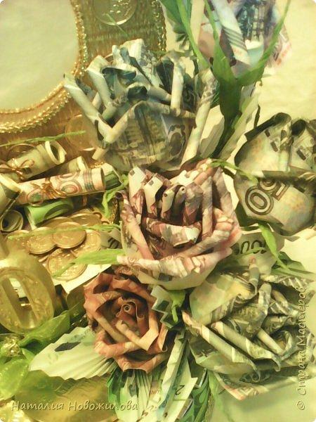 Вот такая золотая подкова у меня получилась. Тетушку пригласили на юбилей, нужен был оригинальный подарок... Мне пришла в голову такая идея. Что-то подобное неоднократно встречала на просторах интернета... Розы из денежных купюр, бутафорских разумеется. фото 9