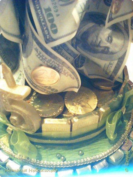 Наконец и у меня появился денежный кран. Давно хотела его сделать насмотревшись на многочисленные варианты и МК в инете и здесь в Стране Мастеров. Подвернулся повод: юбилей директора школы, где работает муж. Кран настоящий водопроводный, раритетный, прошлый век, достался случайно по знакомству... Монеты евро куплены в Ашане, т.е. набор для детских игр, там маленькие купюры евро и монеты, они пластиковые, для красоты покрашены золотой краской как и сам кран. Конструкция с секретом: верхняя часть поднимается за кран, а в основании спрятана жестяная коробка с печеньем. К сожалению, сфотографировать забыла. Юбиляр был в восторге. Я тоже получила огромное удовольствие от процесса изготовления и конечного результата. фото 7