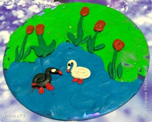 """Работы детей 5-6 лет. Составляли изображения из пластилиновых клубочков. """"Лебединое озеро"""" фото 2"""