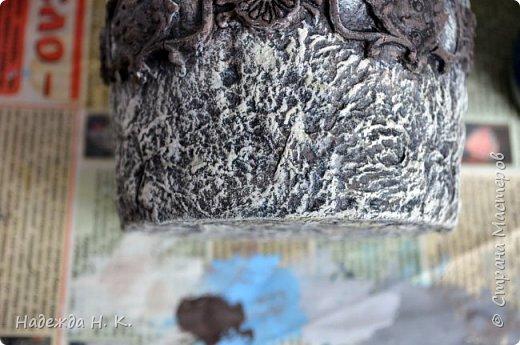 Здравствуйте! Я к вам с новой работой. Каменный наряд для моего любимца. Вдруг захотелось вещицу именно в таком варианте. Материал для исполнения оказался под рукой: баночка из-под майонеза не давно освободилась, масса папье-маше, самодельные силиконовые молды для коллажа, шпатлевка и акриловые краски. На бумаге эскиз не рисовала, пока образ легкой дымкой стоял в голове, быстро-быстро принялась за работу. фото 10