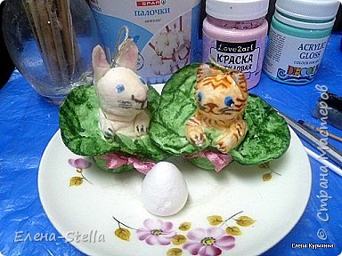 Друзья, скоро Пасха и я хотела сделать МК по маленьким игрушкам, которые можно сделать с детками! Но -- УВЫ! Мой МК просто не загружается! Так что покажу готовые игрушки. И постараюсь рассказать, как я их делала. Кролик и котик - 4. 5 см. Основу для них купила в Леонардо - пенопластовая серединка для роз, ее видно на блюдечке. Две заготовки соединила их и обернула двумя ватными дисками. Потом сделала ушки и раскрасила акварелью и акрилом. Диски примотала ниткой для прочности, 3 диска на одну игрушку.  фото 1