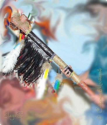 Для новогоднего корпоратива делала трубку мира. С 3 попытки удалось, т.к. трубка большая 100 см в длину. Краски использовались акриловые, кожа искусственная, перья с китайского интернет магазина страусиные, маленькие перья с ближайшего магазина для творчества. фото 2